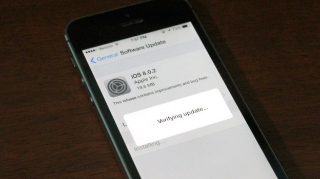iPhone being updated to iOS 8.0.2